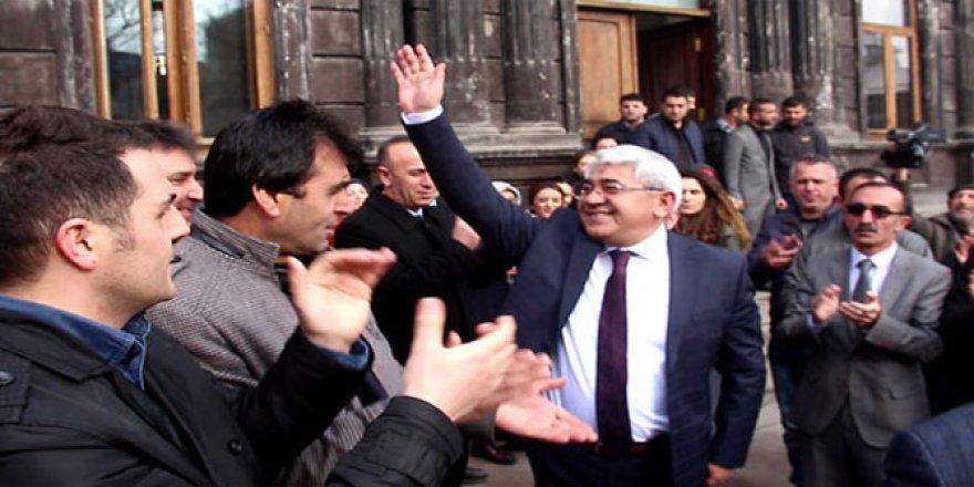 İstifa eden belediye başkanı alkışlarla karşılandı