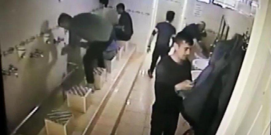 Abdest alan kişinin cep telefonunu çaldı, kameradan yakalandı