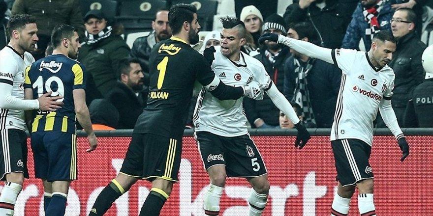 Beşiktaş-Fenerbahçe maçında saha karıştı