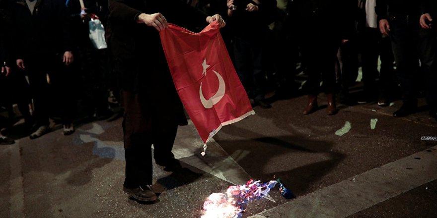 Ankara: Bayrağımızı yakanları yakalayın