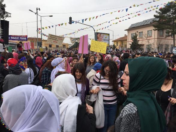 8 Mart mitingi Diyarbakır'da başladı