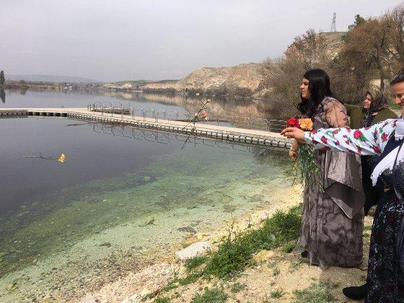 HDP'li Öcalan, Fırat Nehri'ne karanfil attı