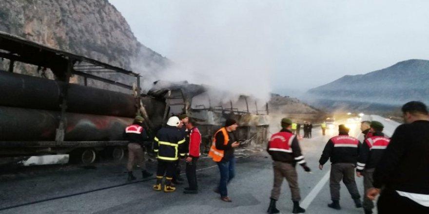 Yolcu otobüsü TIR'a çarptı: 13 ölü