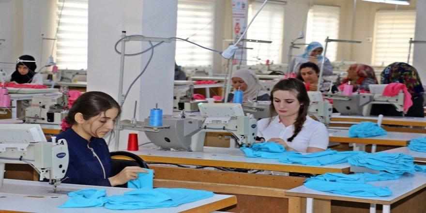 Giyim kursunu bitiren kadınların işi hazır