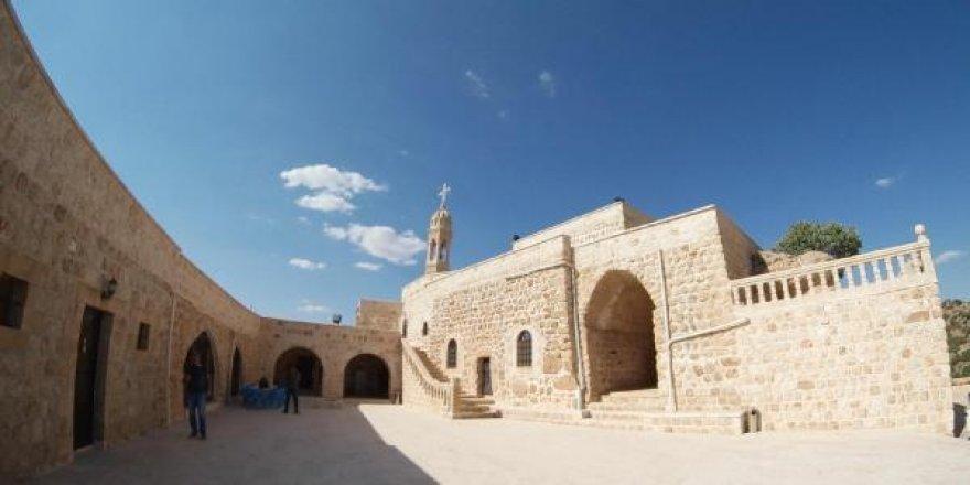 Manastırın çan kulesine yıldırım düştü