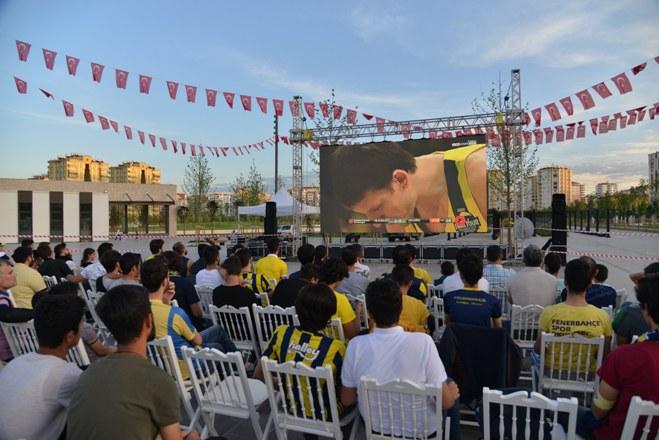 Fenerbahçe'nin final yürüyüşü dev ekrandan izlendi