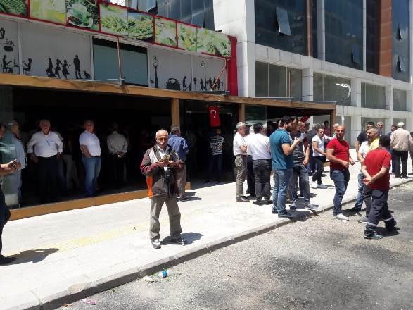 CANLI YAYIN...Diyarbakır'da, AK Parti listelerine tepki gösteren bazı Bingöl'ü vatandaşlar basın açıklaması yapıyor