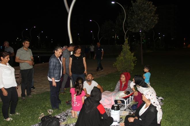 Akat'tan parkta oturan ailelere ziyaret