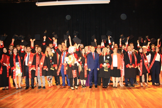 Dicle üniversitesi Eczacılık Fakültesi ilk mezunlarını verdi