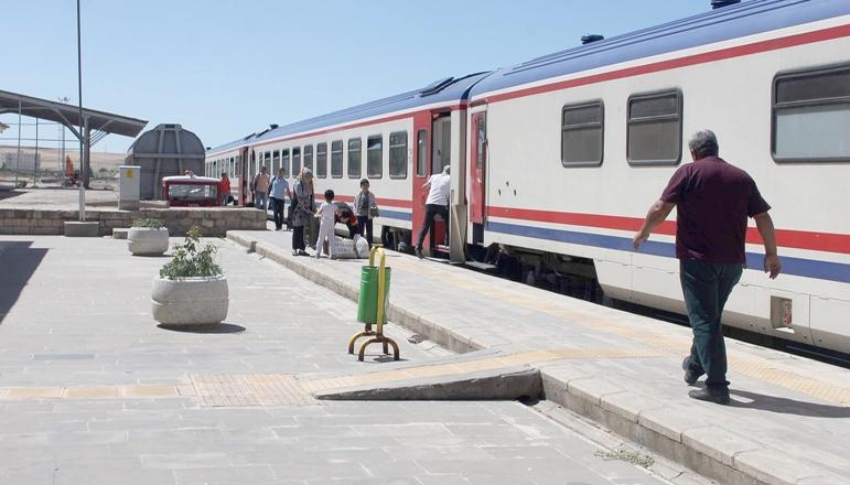 Bilet fiyatlarını pahalı bulanlar trene yöneldi