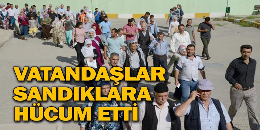 VATANDAŞLAR SANDIKLARA HÜCUM ETTİ
