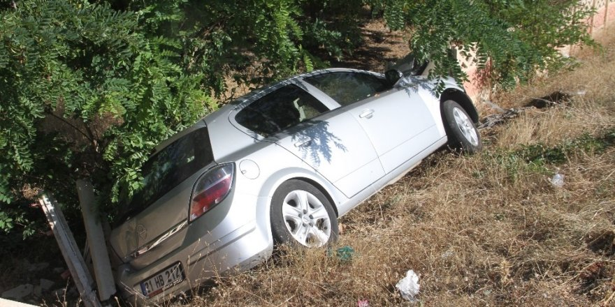 Otomobil Direğe Çarptı: 4 Yaralı
