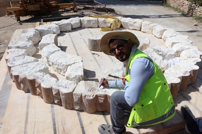 Tarihi minarenin taşları, puzzle parçası gibi sökülüyor