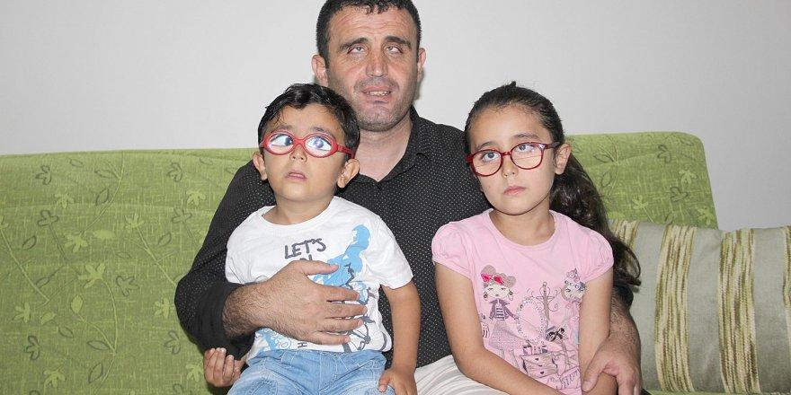 Baba, görmeyen gözleri ile çocuklarının gözü oldu