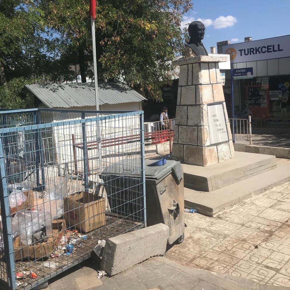 Atatürk büstünün yanına çöp Konteynırı