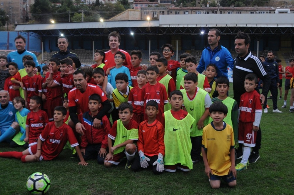 Futbol'un efsaneleri Mardinli gençlerle sahaya çıktı