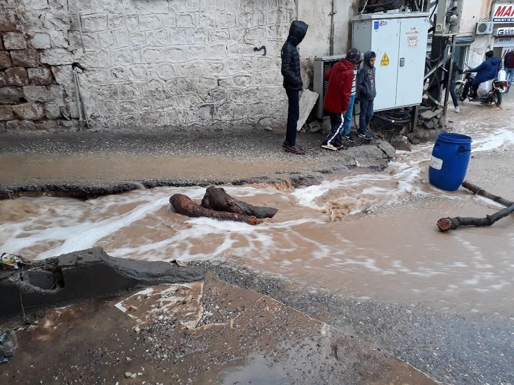 Mardin'de sağnak yağış nedeniyle ev ve iş yerleri su altında kaldı