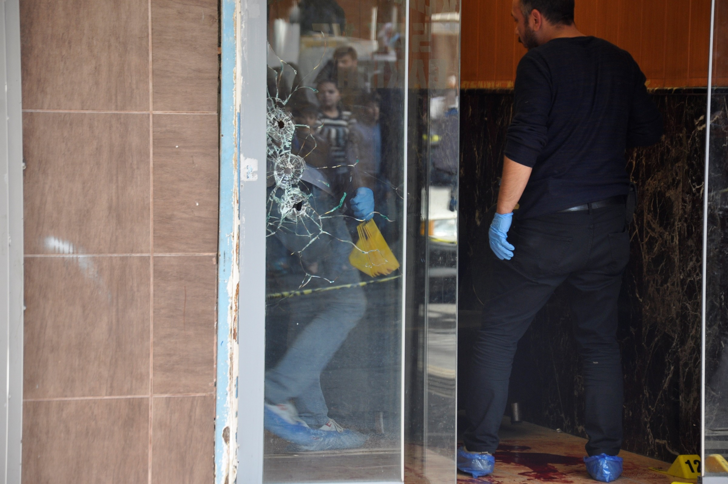 Diyarbakır'da bir iş yerine silahlı saldırı: 2 ağır yaralı