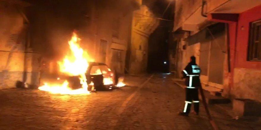 Şanlıurfa'da park halindeki otomobili benzin döküp yaktılar