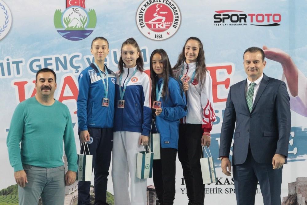 Diyarbakırlı Şampiyon Kareteciler Madalyalarını Aldı