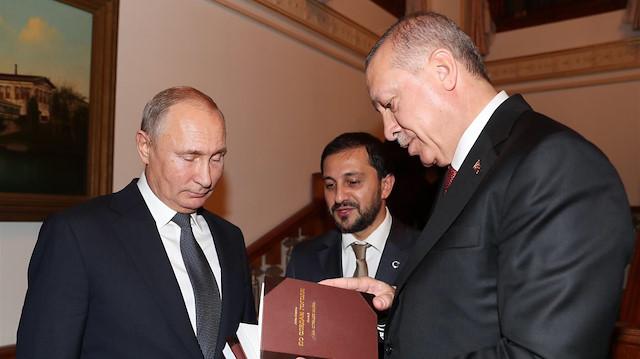 VİDEO- Cumhurbaşkanı Erdoğan Putin'e Kitap Hediye Etti