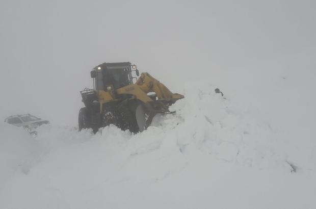VİDEO- Hakkari'de kar, köy yollarını kapattı