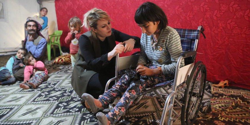 Göçer kızın tekerlekli sandalye sevinci
