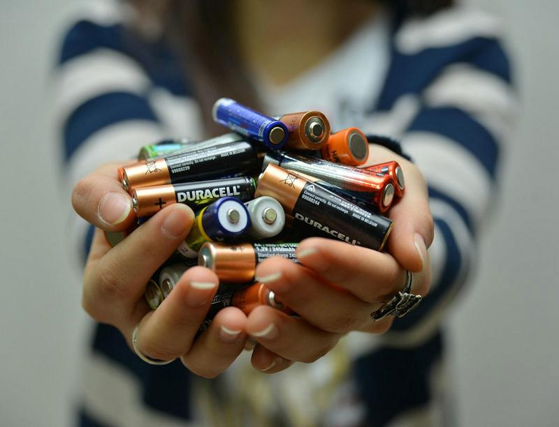 """""""Minik eller"""" bir ton atık pil ve batarya topladı"""