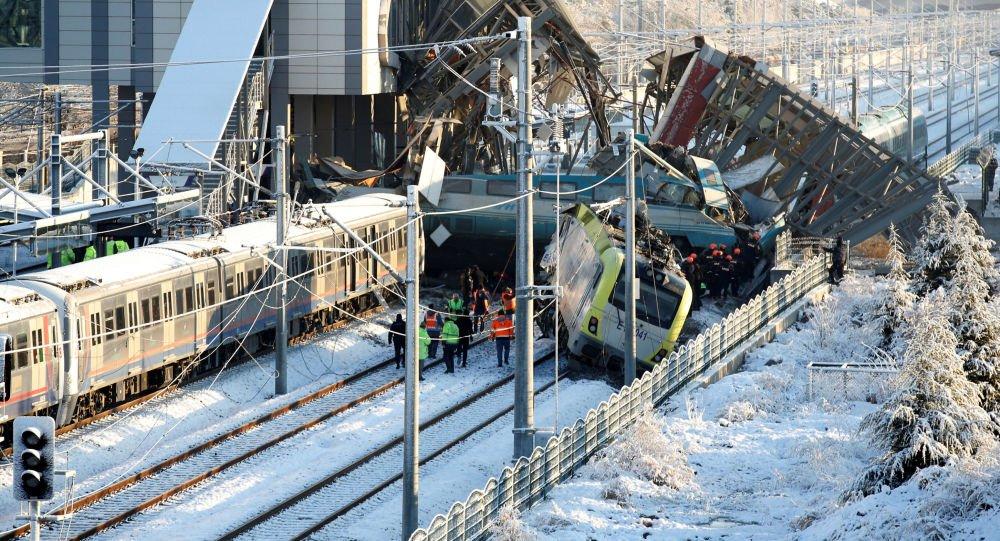 VİDEO- Tren Kazasında Enkaz Kaldırıldı, dehşet verici görüntüler