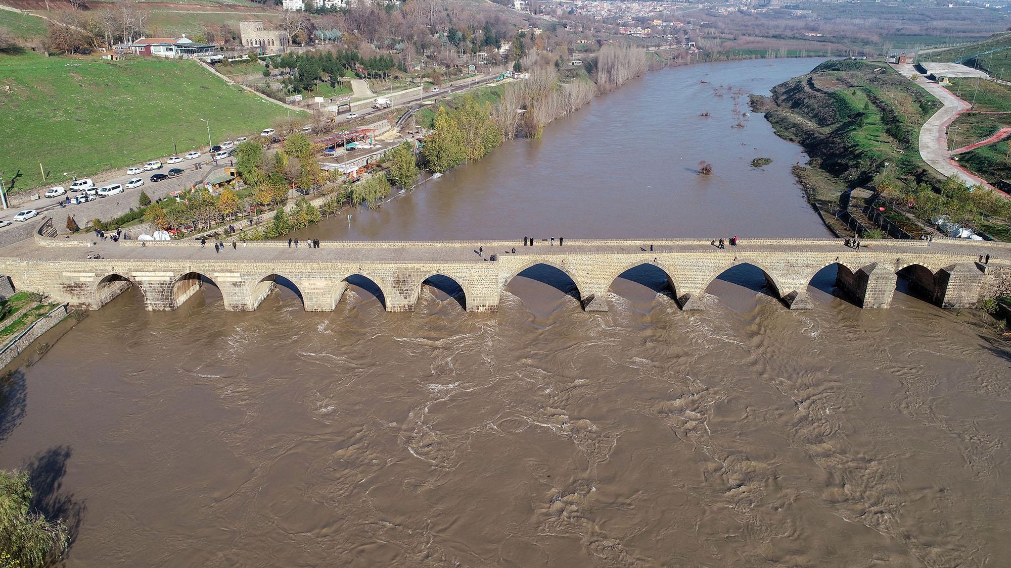 Barajdaki su tahliyesi sürüyor