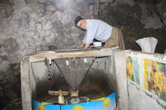 VİDEO-  150 Yıllık Taş Değirmende Tahin Üretiyor