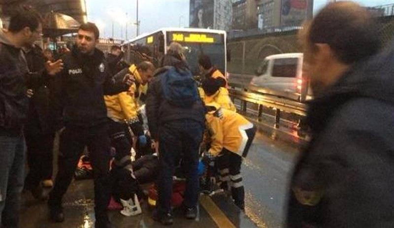 İstanbul'da metrobüün çarptığı yolcu hayatını kaybetti