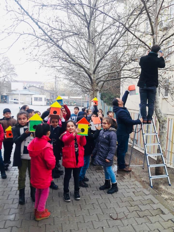 Ergani'de öğrenciler kuşlar için yuva yaptı