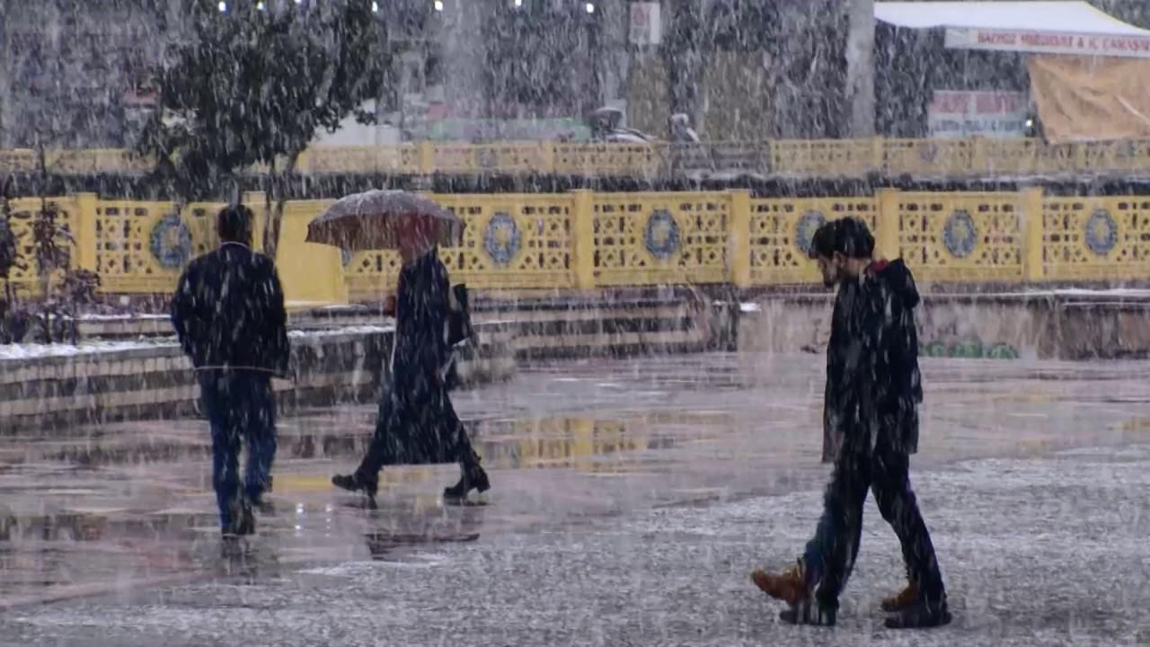 Diyarbakır'da kar yağışı nedeniyle bazı yollar kapandı