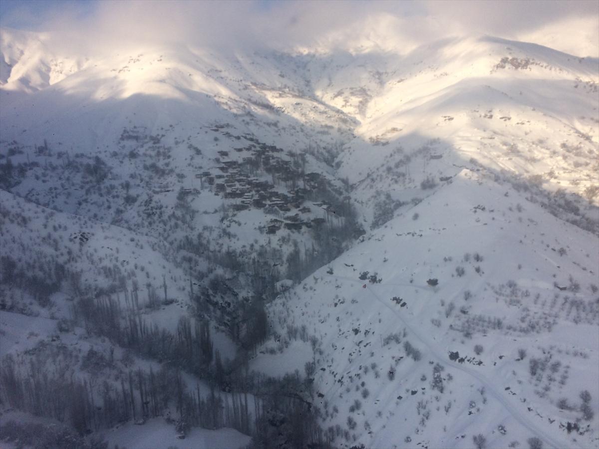 Helikopter kardan mahsur kalan hastalar için havalandı