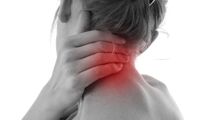 Ensede ağrı sinüzit belirtisi olabilir!