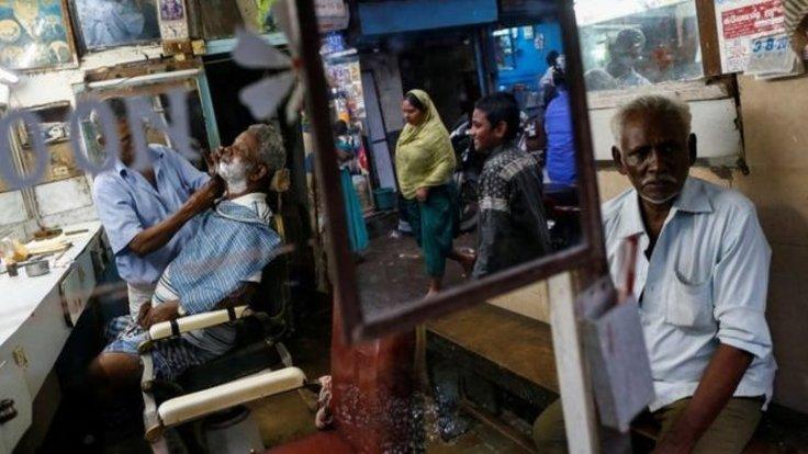 Hindistan'da iki kız kardeş erkek kılığında berberlik yapıp evi geçindirdi!