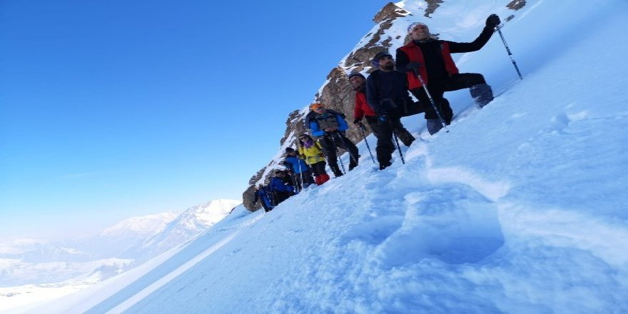 Hakkari'de Mehed Dağı kış tırmanışı yapıldı