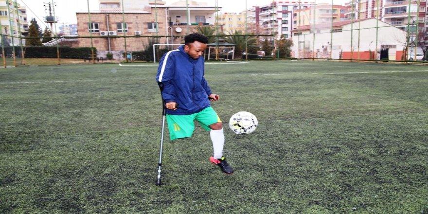 Kenyalı futbolcunun protez hayali Türkiye'de gerçekleşti