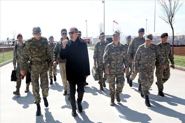 Milil Savunma Bakanı Akar Suriye sınırında!