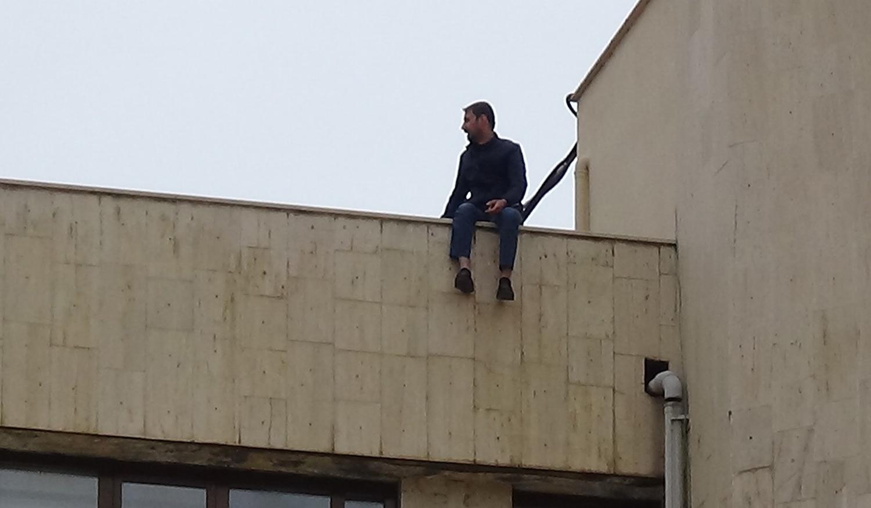 VİDEO-Büyükşehir Belediye binasında intihar girişimi!