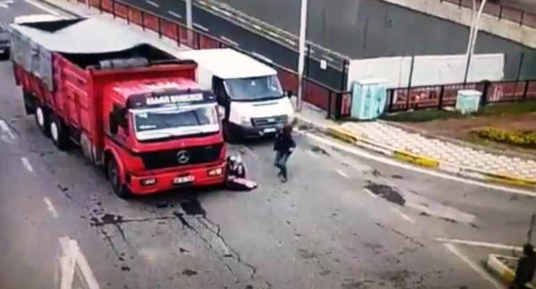 VİDEO - Diyarbakır' da 4 yaşındaki çocuk Kamyonun altında kaldı
