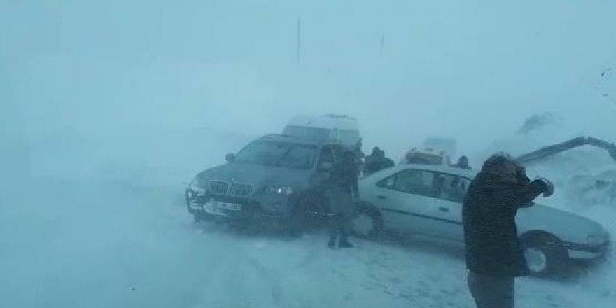 2 bin 730 rakımda araçlar kayarak kaza yaptı