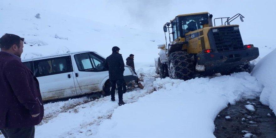 Oy pusulaları ve seçim görevlileri karda mahsur kaldı