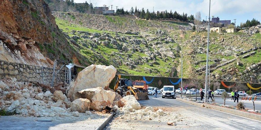 Mardin'de kara yoluna dev kayalar düştü