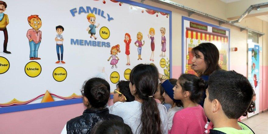 Diyarbakır'da okul koridorlarında da eğitim