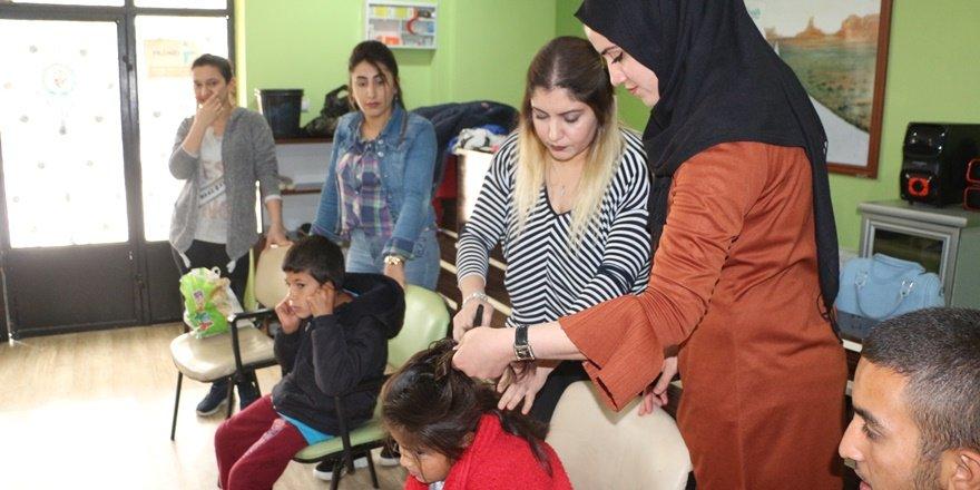 Silopi'de engelli öğrencilere saç bakımı