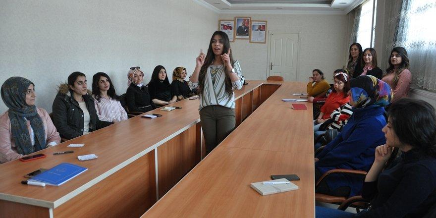 Yüksekovalı kadınlar İngilizce ve işaret dili öğreniyor