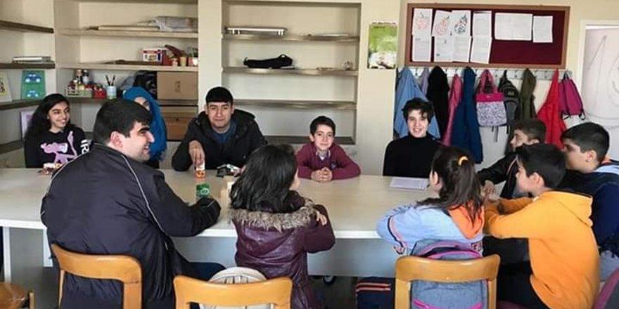 Bilnetli öğrencilerden engelliler okuluna anlamlı ziyaret
