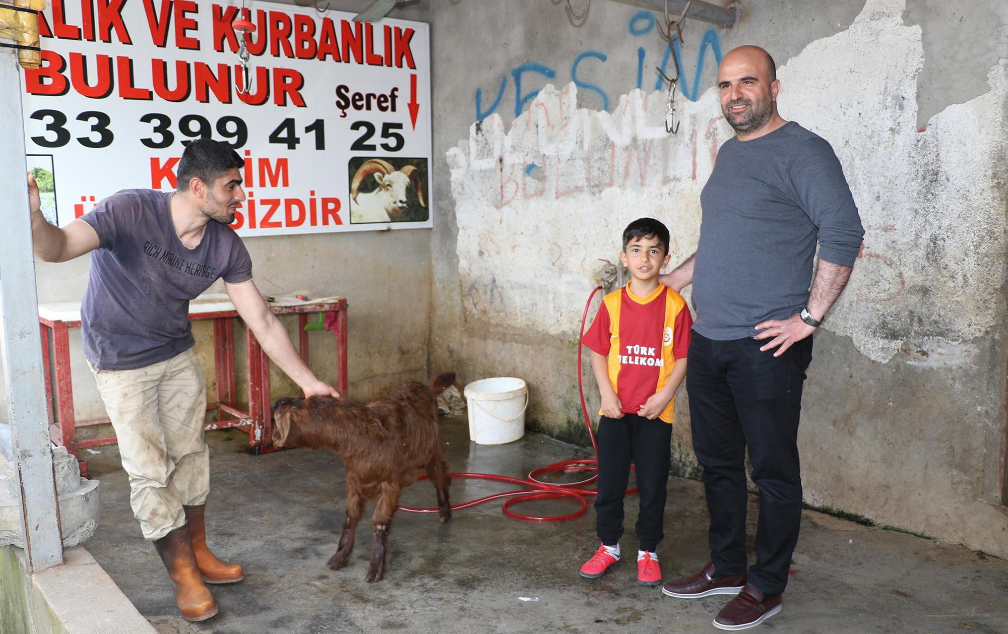 Diyarbakırlı baba ve oğlu Galatasaray için kurban kesti